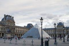 罗浮宫在秋天 库存图片