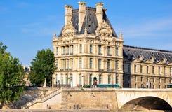 罗浮宫如被看见从塞纳河。巴黎。 免版税库存图片