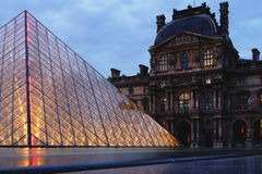 罗浮宫广场在晚上 库存图片