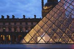 罗浮宫广场在晚上 库存照片