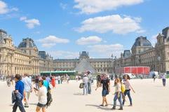 罗浮宫的游人在巴黎,法国 库存照片