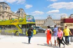 罗浮宫的游人在巴黎,法国 图库摄影
