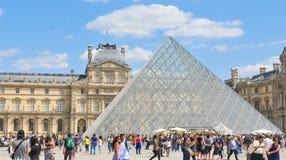 罗浮宫的游人在巴黎,法国 免版税库存图片