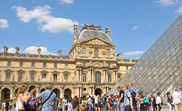 罗浮宫的游人在巴黎,法国 免版税库存照片