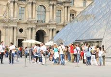 罗浮宫的游人在巴黎,法国 免版税图库摄影