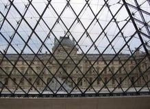 罗浮宫的看法从巴黎法国博物馆的金字塔的里边 库存照片