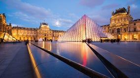 罗浮宫的看法和在微明的金字塔 图库摄影
