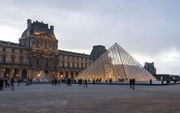 罗浮宫的金字塔在巴黎,法国 库存照片