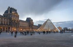 罗浮宫的金字塔在巴黎,法国 图库摄影