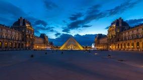 罗浮宫金字塔在对夜timelapse的日落天以后在巴黎,法国 影视素材
