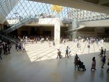 罗浮宫,巴黎,法国, 2018年8月16日:访客在金字塔的大厅里 库存照片