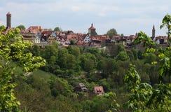 罗滕堡ob der陶伯横跨谷和通过树 免版税库存图片