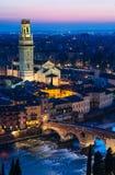 维罗纳与Ponte彼得拉和中央寺院的夜视图 免版税库存图片