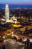 维罗纳在夜,意大利的Ponte彼得拉和中央寺院 库存图片