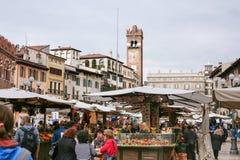 维罗纳在广场delle Erbe的市市场 库存照片