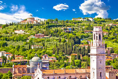 维罗纳屋顶和玛丹娜二卢尔德圣所视图 库存图片