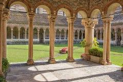 维罗纳,圣芝诺Maggiore大教堂围场在夏天 免版税库存照片