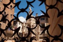 维罗纳,意大利, Scaliger坟茔,在蓝天背景的哥特式建筑  库存图片