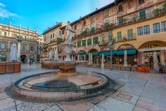 维罗纳,意大利- 2011年6月, 03日:广场delle Erbe 免版税库存图片