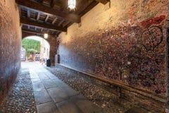 维罗纳,意大利2016年9月08日:充分墙壁在不同的外语的消息从恋人在朱丽叶房子在维罗纳 免版税库存图片
