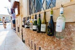 维罗纳,意大利2016年9月08日:空的瓶酒在意大利餐馆墙壁上垂悬随员的在Th 库存照片