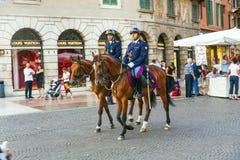 与马的Policenmen在维罗纳,意大利 图库摄影