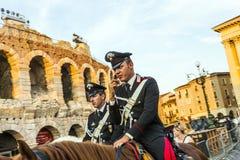 与马的Policenmen在竞技场前面在维罗纳,意大利 库存照片
