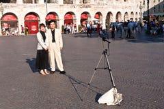 日本游人在维罗纳,意大利,由自动发行采取foto 图库摄影