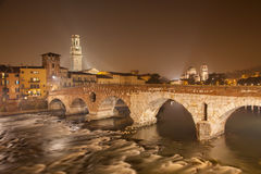 维罗纳- Pietra桥梁在晚上- Ponte Pietra和中央寺院塔和圣Giorgio教会 库存图片