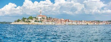 罗维尼古镇有圣Euphemia, Istria,阴级射线示波器教会的  库存图片