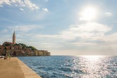 罗维尼都市风景和亚得里亚海在晴天沿岸航行看法 免版税库存图片