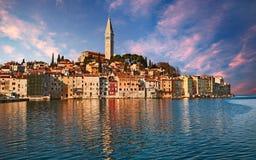罗维尼, Istria,克罗地亚:在镇overlo的日出的风景 库存图片
