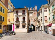 罗维戈,意大利:住宅房子和老塔由红砖,罗维戈的历史的中心制成 库存图片