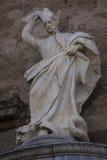 罗耀拉圣伊格纳罗雕象圣徒Justo和牧师教会的前面的  库存照片