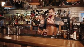 罗莎Khutor,俄罗斯- 2018年2月:两位侍酒者准备在餐馆酒吧的饮料  影视素材