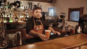 罗莎Khutor,俄罗斯- 2018年2月:严肃的男服务员服务在酒吧的完成的配制饮料 股票录像