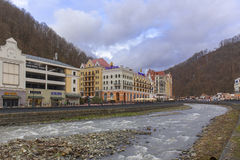 罗莎KHUTOR,俄罗斯- 2016年3月27日:在为2014建立的国际水平的罗莎Khutor滑雪胜地的Msrch视图奥林匹克 免版税库存图片