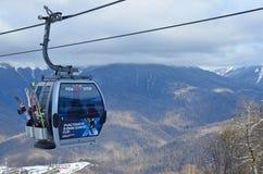 罗莎Khutor,索契,俄罗斯, 2018年1月, 26日 俄罗斯,索契滑雪胜地`罗莎Khutor ` 滑雪者和挡雪板客舱的  免版税库存照片