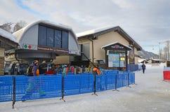 罗莎Khutor,索契,俄罗斯, 2018年1月, 26日 索契、滑雪者和挡雪板空中览绳`的底下驻地的预留了前面 免版税库存照片