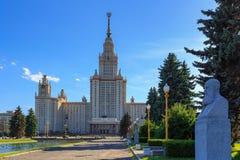罗蒙诺索夫在纪念碑背景的莫斯科国立大学MSU主楼看法对尼可拉Chernyshevskiy的 免版税库存照片