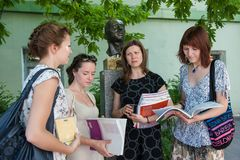 罗蒙诺索夫州立大学 与学生的外国语语文教员谈话在断裂期间 免版税库存图片