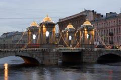罗蒙诺索夫桥梁圣诞节照明12月早晨 库存照片