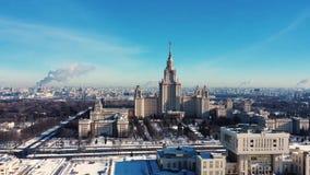 罗蒙诺索夫莫斯科国立大学MGU,在麻雀山,莫斯科,俄罗斯的MSU鸟瞰图  莫斯科全景与 股票录像