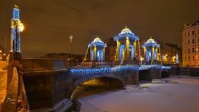 罗蒙诺索夫桥梁在圣彼德堡冬天夜 免版税图库摄影