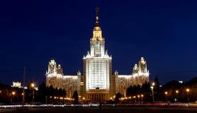 罗蒙诺索夫莫斯科国立大学(在晚上),主楼,俄罗斯 免版税库存图片