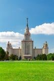罗蒙诺索夫莫斯科国立大学MSU 主楼的看法在麻雀山的 免版税图库摄影