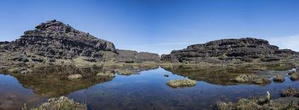 罗赖马山、小湖和火山的黑色山顶向wi扔石头 免版税库存照片