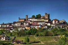罗迪-罗迪镇的看法, Langhe的,在山麓, surmonted由城堡 库存照片