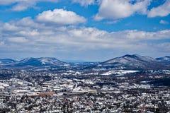 罗阿诺克谷的冬天视图与山的在背景中 免版税库存照片