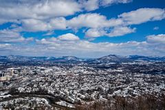罗阿诺克谷的斯诺伊景色与山的在背景中 库存图片